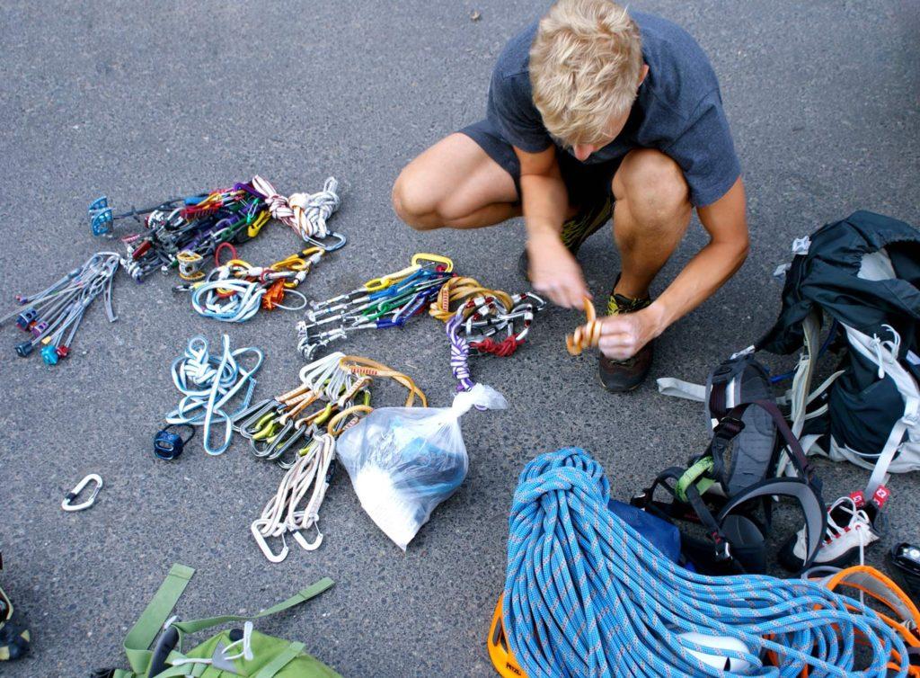 Til klatring på egne sikringer vil en blanding af korte og lidt længere slynger være oplagt. Foto: Jesper Helbo Knudsen.