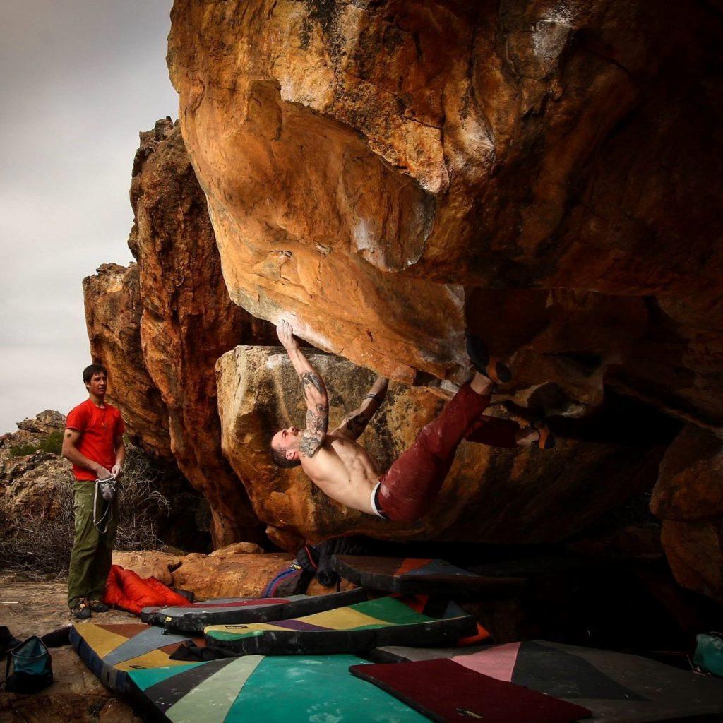 """Lorenz Ulmer toe hook'er i et par Instinct VS på """"Black Shadow"""", 8A+ i Rocklands, Sydafrika. Foto: Bjørn H. Rønning"""