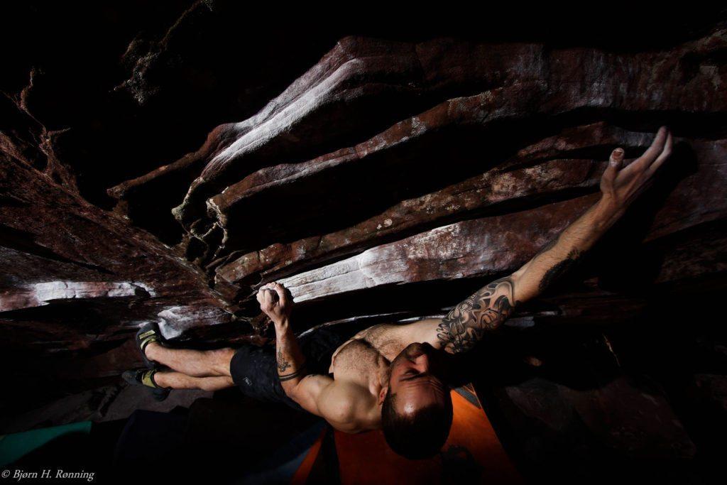 """Lorenz Ulmer i et par Scarpa Furia på den overhængende """"Burn Energy"""" i Rocklands, Sydafrika. Foto: Bjørn. H. Rønning."""