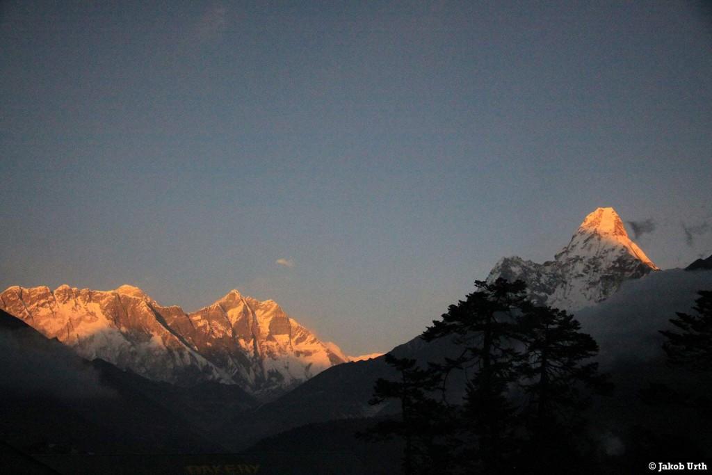 Panoramaudsigt over Himalaya - fra venstre: Nuptse (7861m), Everest (8848m), Lhotse (8516m) og yderst til højre Ama Dablam (6812m). Foto: Jakob Urth.