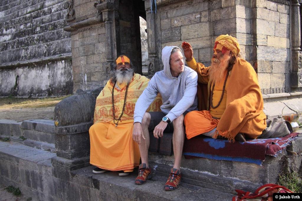 Jakob Urth velsignes af hellige mænd før en bestigning. Nepal.