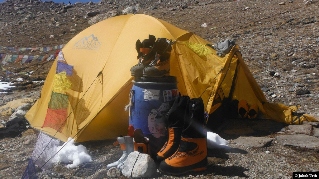 Der tørres støvler ved teltet i Advanced Base Camp (5400m) ved Shishapangma (8027m). Foto: Jakob Urth.