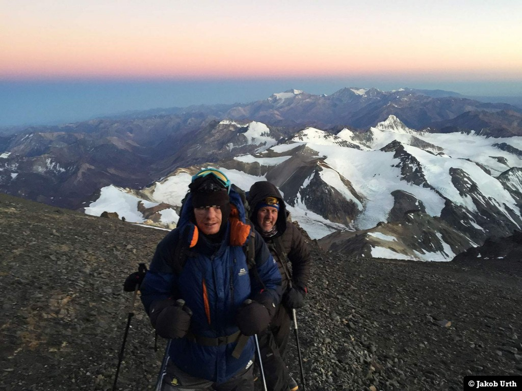 To af Jakobs klienter med varme luffer, på vej mod toppen af Aconcagua. Foto: Jakob Urth.