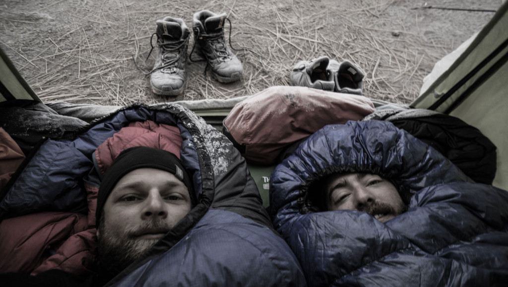 Frossen kondens på oversiden af soveposerne. Anker Bak og Lars Fjendbo Møller i Peru. Foto: Anker Bak og Lars Fjendbo Møller.