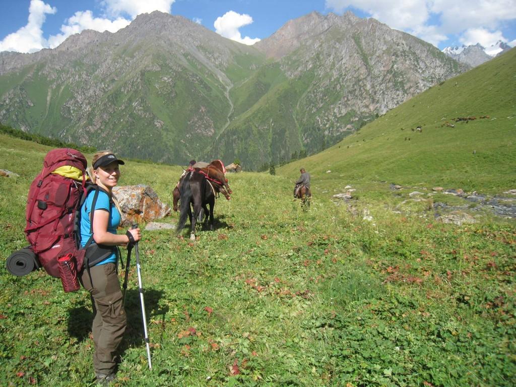 Uld er et godt inderste lag - også i varmt vejr. Her på vandretur i Kirgisistan. Foto: Anders B. Knudsen.