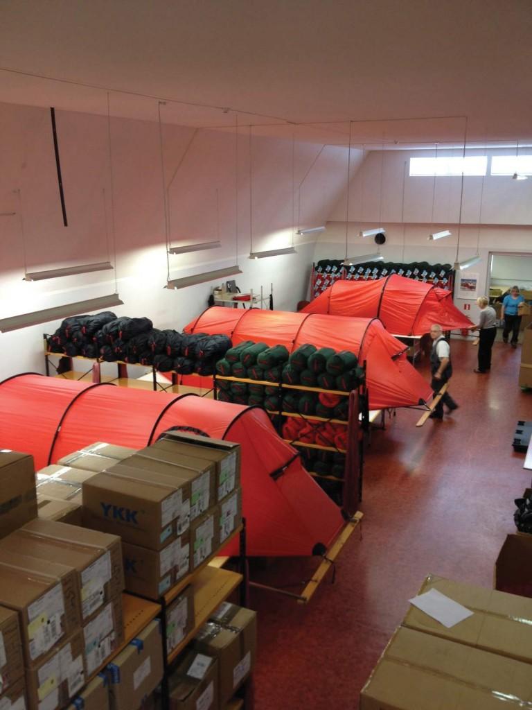 Færdige telte slås op og kontrolleres for fejl og mangler på Hillebergs fabrik i Estland.