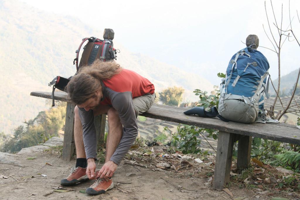 Uanset hvilken slags fodtøj, man vælger til sin vandretur, skal det snøre/spændes ordentligt! Foto: Frank Wiwe.