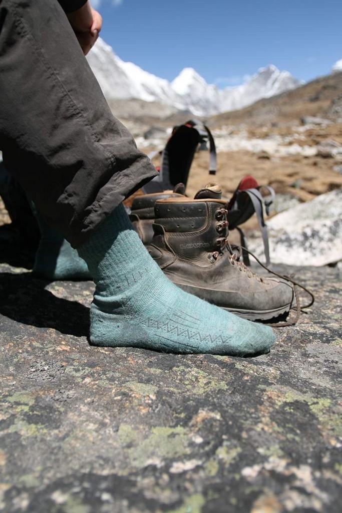 Et par trætte fødder i en læderstøvle fra Lowa får lidt luft på vej til EVerest Base Camp. Foto: Frank Wiwe.