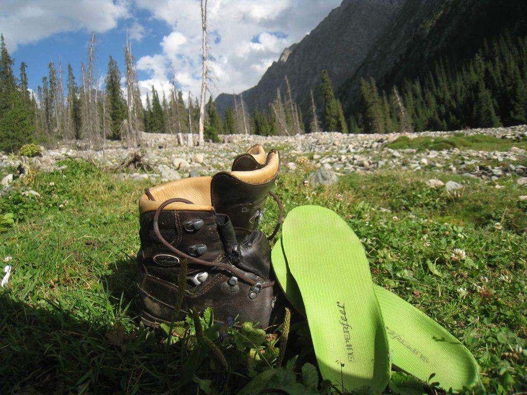 Et par Superfeet-såler ligger til tørre op ad et par Lowa Munro. På vandretur i Kirgisistan. Foto: Anders B. Knudsen.