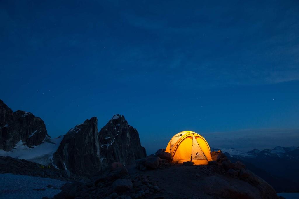 The North Face VE 25 på en udsat plet højt oppe i bjergene.