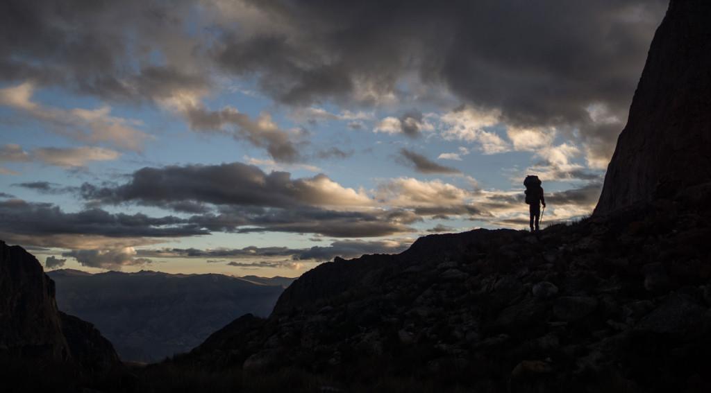 Stor rygsæk og vandrestave i Cordillera Blanca, Peru. Foto: Anker Bak og Lars Fjendbo Møller.