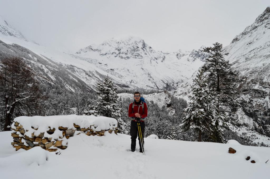 Anders B. Knudsen i Nepal med et par vandrestave i passende længde. Foto: Christina Hjortdam.