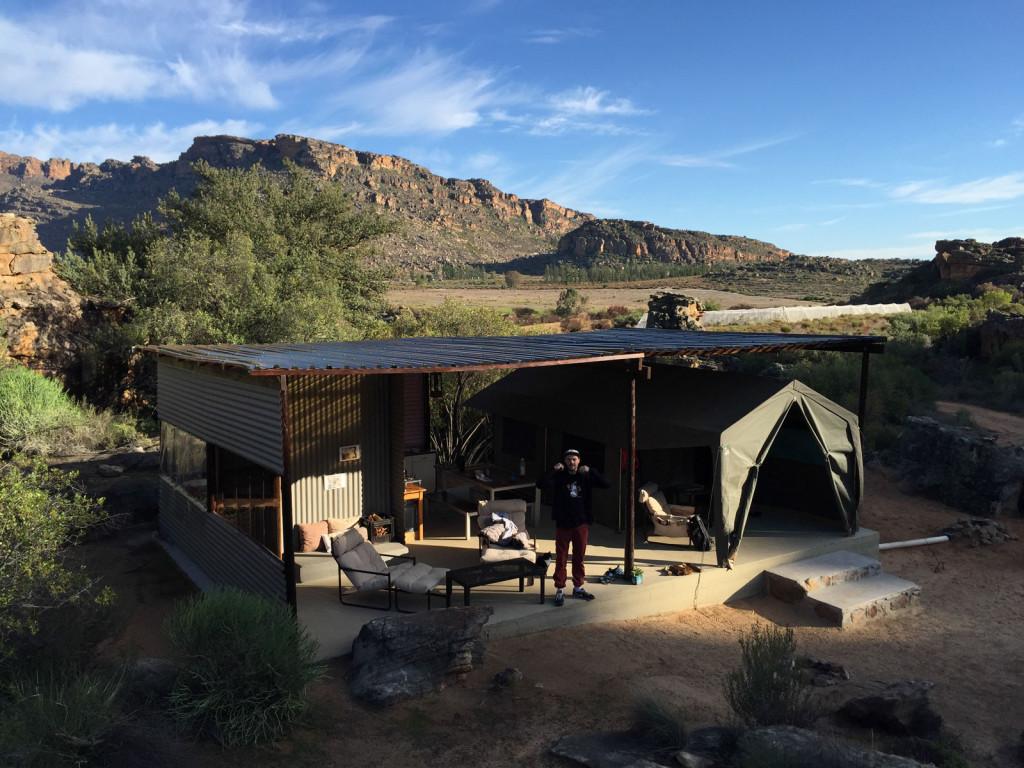Vores Luxus Safari Tent. Glamping (Glamorous Camping) at its best. Man kan ikke føle sig tættere med naturen, men bor stadigvæk lige som ind en lejlighed (med udendørs badevand).