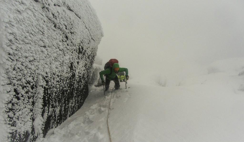 Rasmus under en vinterbestigning af Store Skagastølstind i Hurrungane, Norge. Foto: Sondre Kvambekk.