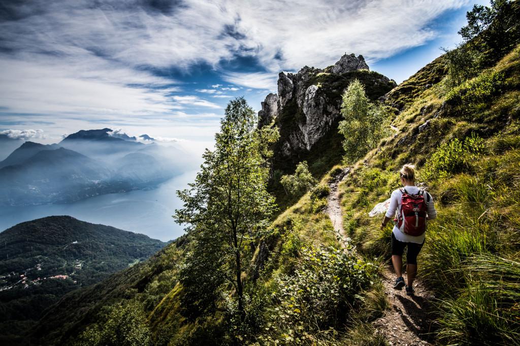 Vejret kan være omskifteligt i bjergene, så skaljakken bør altid være med, men om sommeren gør den det ofte bedst i tasken. Foto: Camilla Hylleberg.