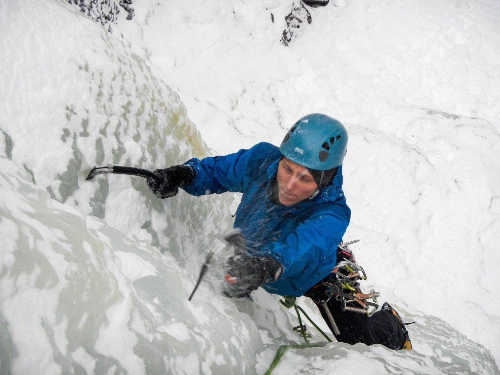 En solid skaljakke kan være et godt valg til f.eks. isklatring. Her er det Mathias Pape i en GORE-TEX Pro-jakke i Rjukan, Norge. Foto: Emil Meade.