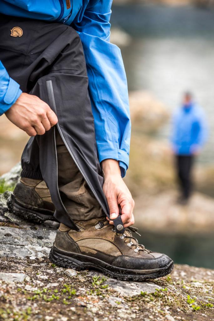 Den lange lynlås giver mulighed for at trække bukserne over et par vandrestøvler. Fto: Fjällräven.
