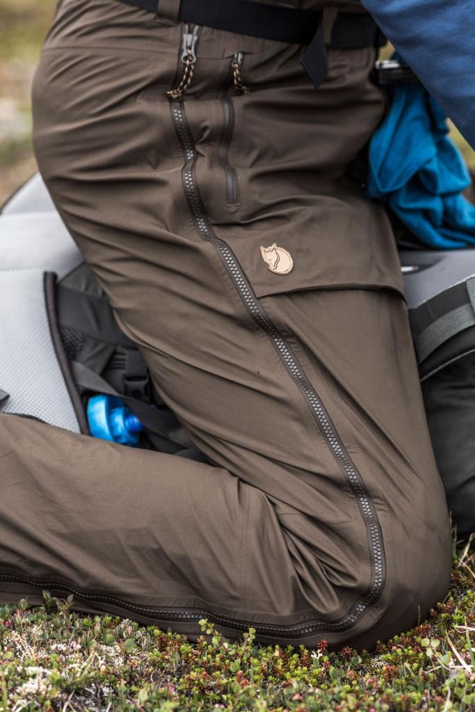 Fuld lynlås og en rummelig lårlomme i Keb Eco Shell-bukserne. Foto: Fjällräven.