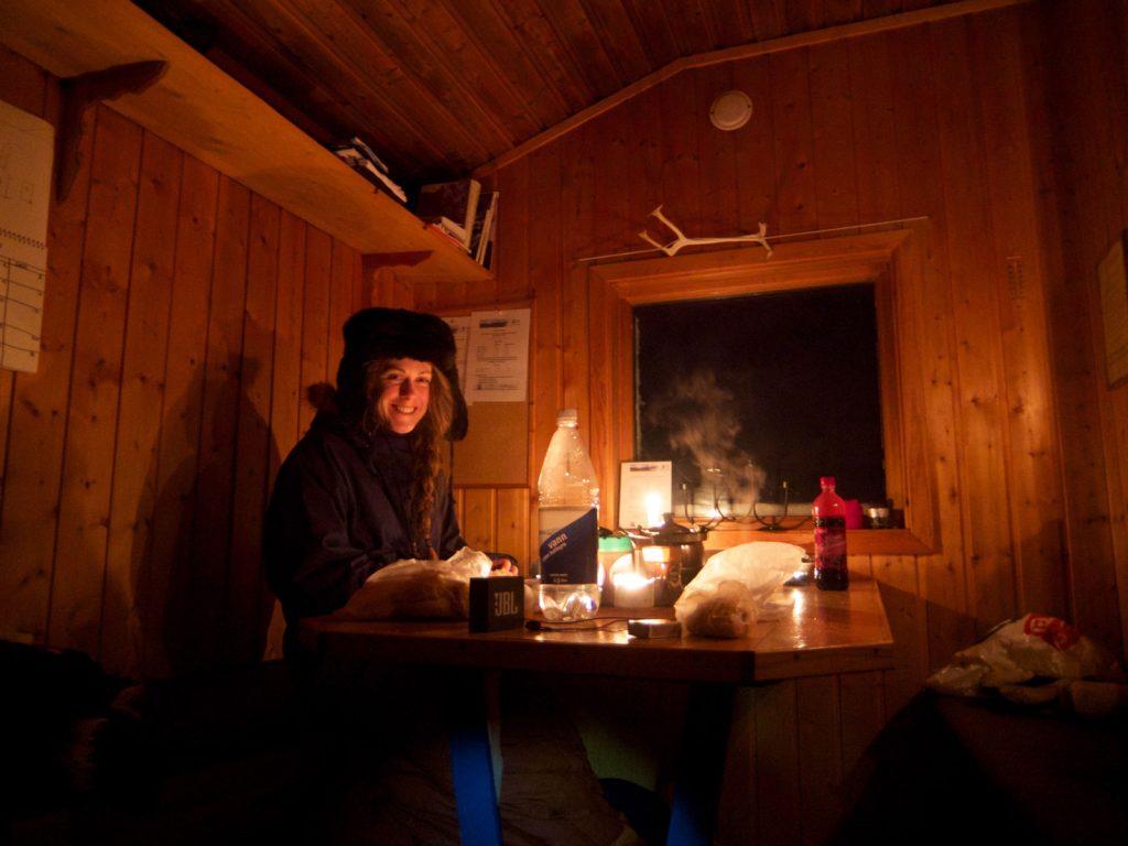 """Den enkle DNT hytte """"Nonsbu"""", der er let at komme til med bus fra Tromsø (1/2 time + 3-4 timers gang) og fint kan fungere som en af flere hytter på en rundtur på fastlandet øst for Tromsø. Foto: Mads Peter Skovbjerg Fogh."""
