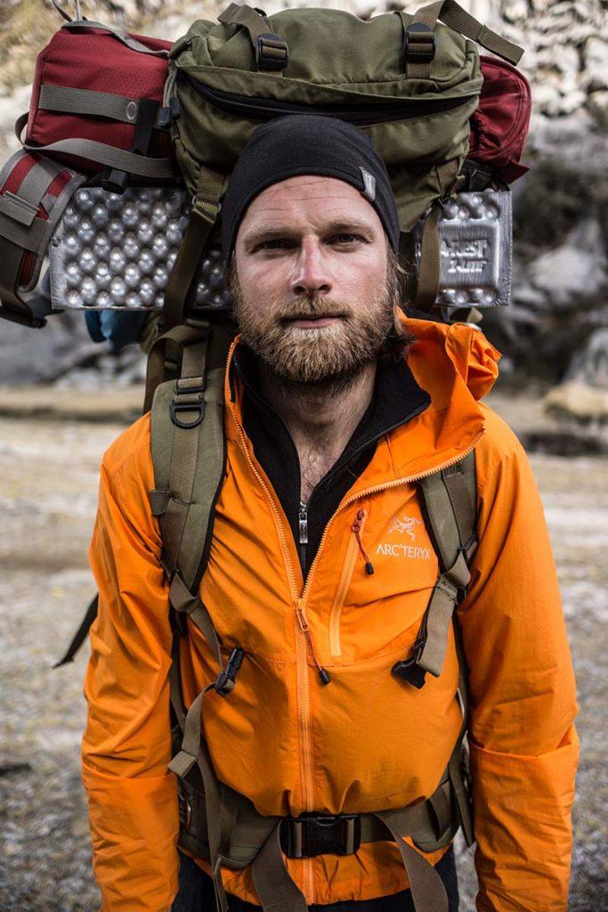 På en længere ekspedition, hvor man har det samme tøj på dag ud og dag ind, er en god uldtrøje et genialt inderste lag. Her med fuld opppakning, en uldtrøje og em tynd softshell på alpinklatreekspedition til Peru. Foto: Lars Fjendbo Møller.
