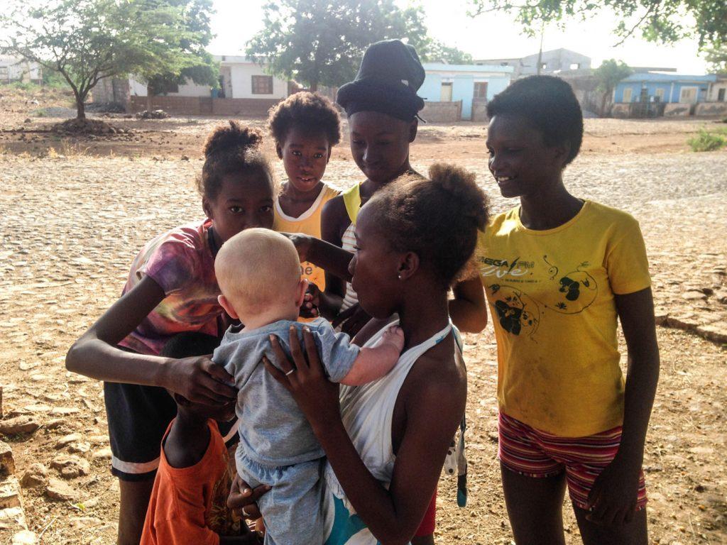 Lokale børn med Birk. Foto: Lotte Randeris Kristensen