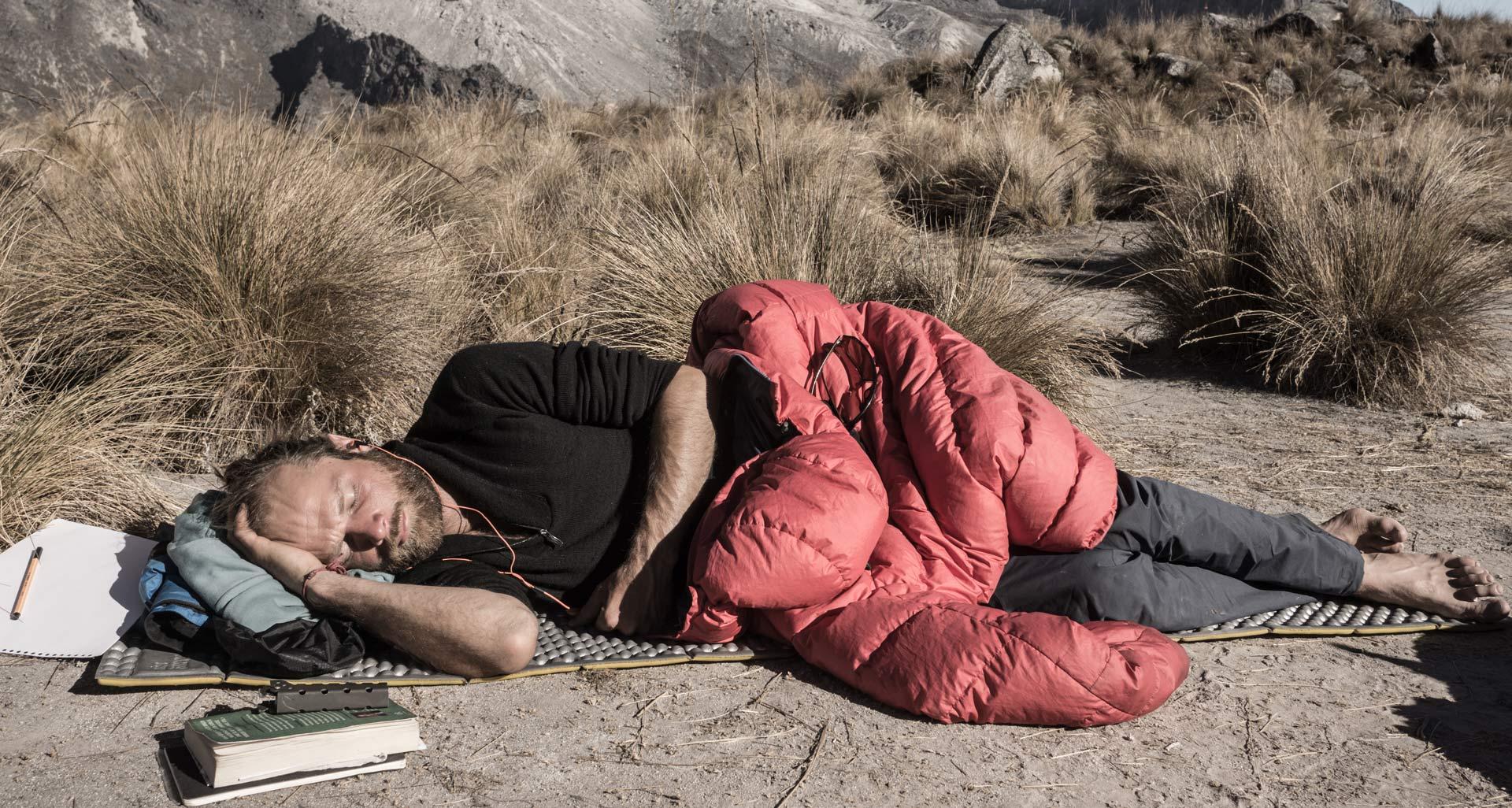Klassisk letvægtsskumunderlag. Her under en middagslur på alpinklatretur i Peru. Foto: Lars Fjendbo Møller