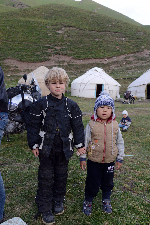 67 21.02 Kirgisistan Oliver med barn