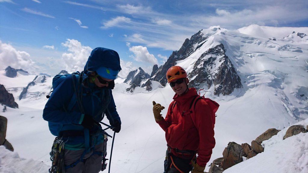 Ved starten af Arête des Cosmiques. Tacul-trekanten på Mont Blanc du Tacul i baggrunden. Foto: Mathias Pape