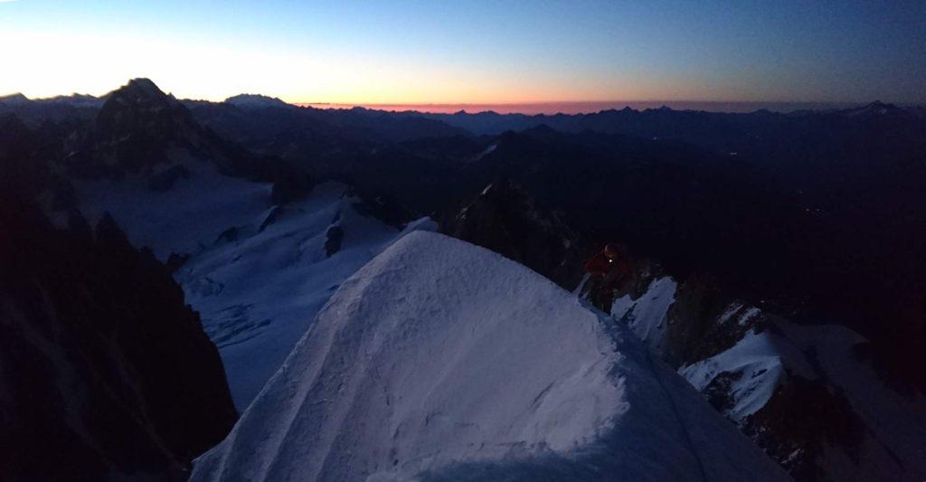 På vej op ad Arête Kuffner mens solen står op. Foto: Mathias Pape.