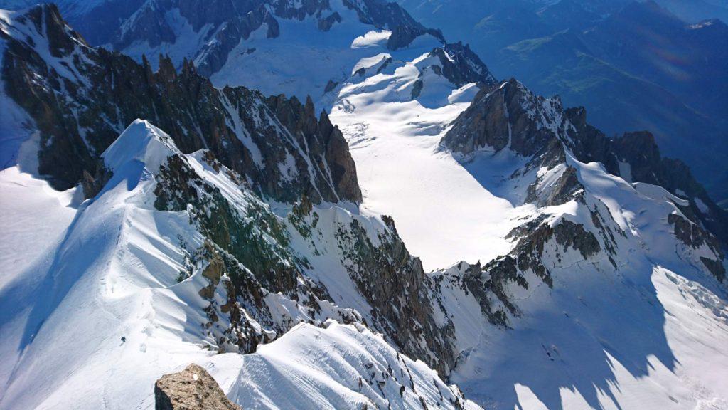 Udsigt ned mod Arête Kuffner fra toppen. Foto: Mathias Pape.