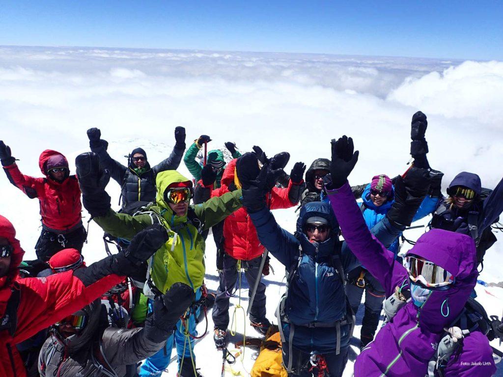 Gruppebillede på toppen af Elbrus. Foto: Jakob Urth.