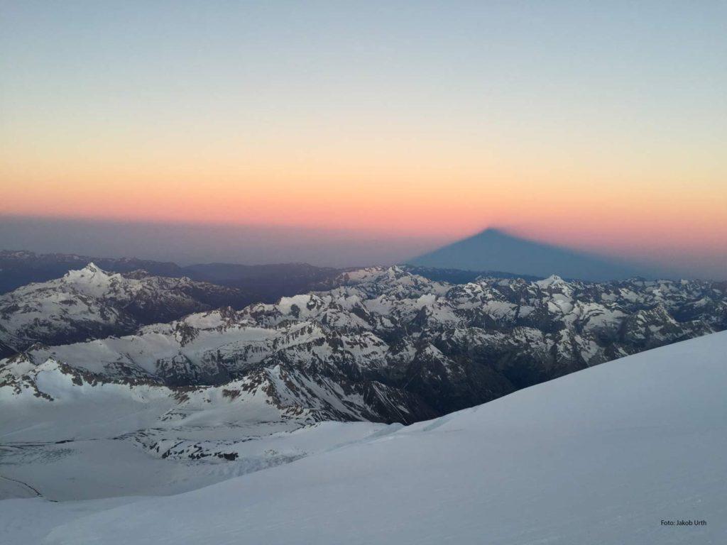 Elbrus kaster skygge over det omkringliggende bjerglandskab. Foto: Jakob Urth.