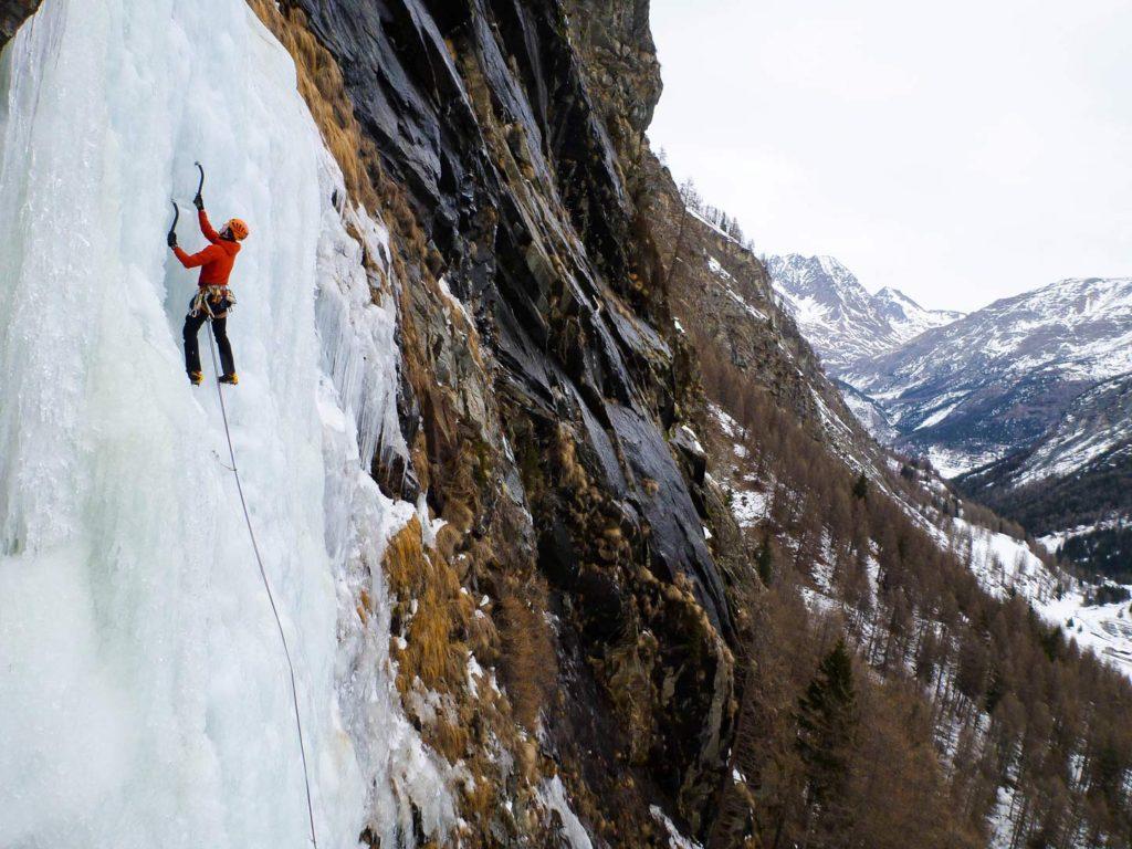 Emil og hans Scarpa Rebel Pro klatrer is i Cogne, Italien. Foto: Mathias Pape.