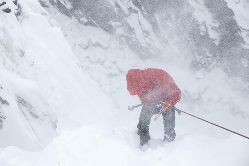 Den tyske isklatrer Mathias Scherer tester en prototype af den nye Alpha SV. Foto: Arc'teryx