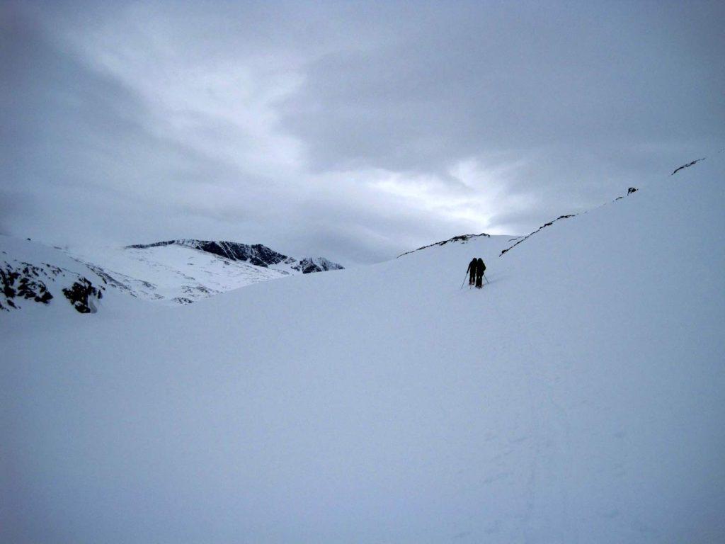 På vej opad igen, efter at have kørt helt til bunden af renden ned fra Besshøe. Foto: Rasmus B. Munk