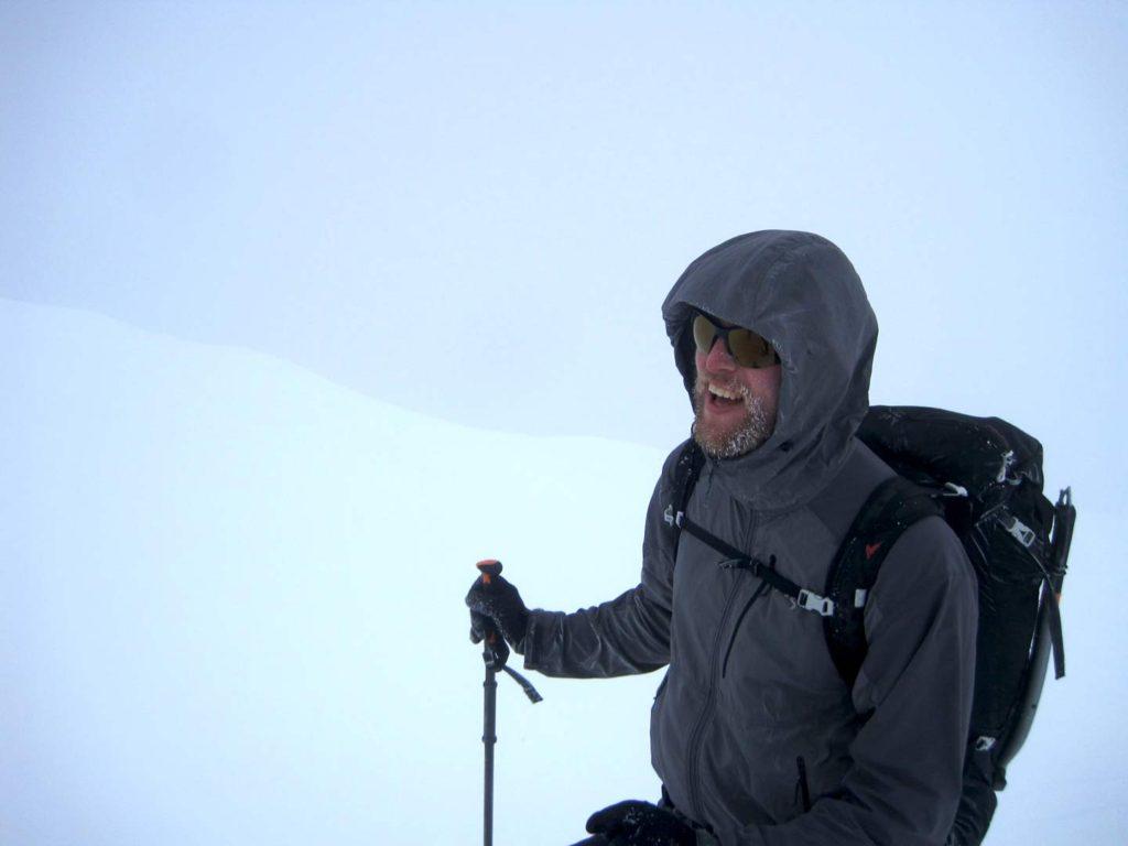 Tæt på toppen. Skavlen langs topryggen, som vi navigerede efter, kan skimtes i baggrunden som et skift i de hvide nuancer. Foto: Rasmus B. Munk