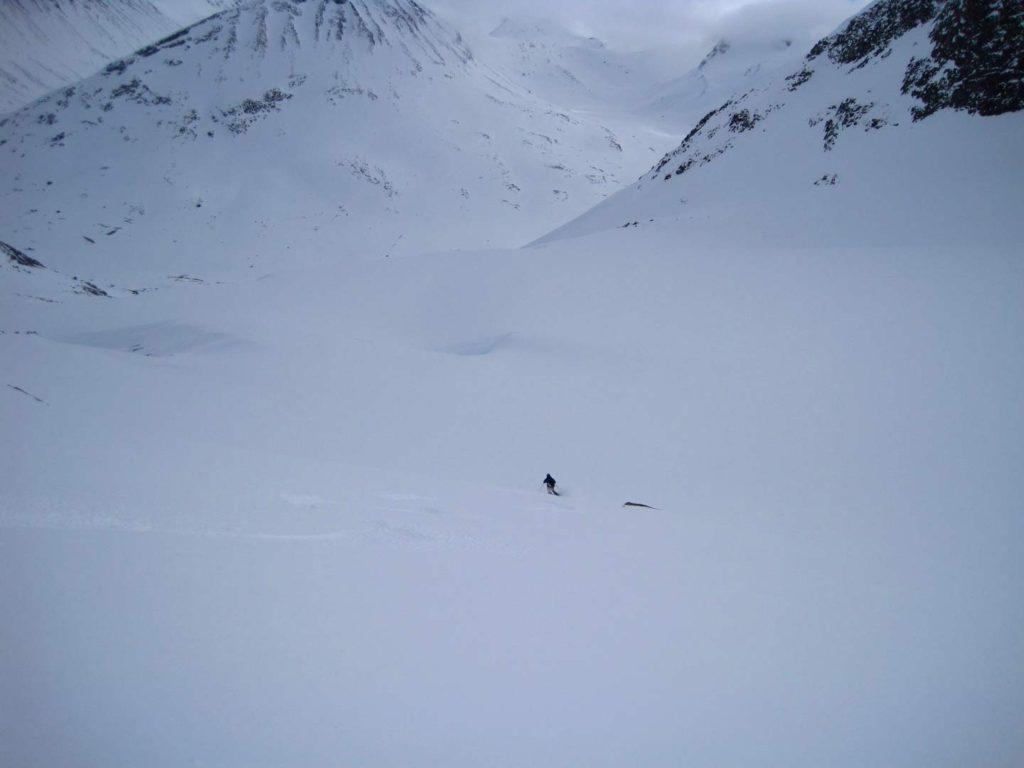 Det første flade stykke ned ad Bukkeholsbrean i ganske fin sne. Foto: Rasmus B. Munk.