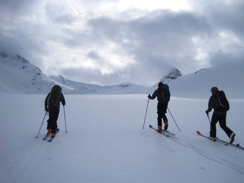 Tilbage i Visdalen kome fellerne på, og vi begav os langs den kvistede løjpe det sidste stykke mod Leirvassbu. Foto: Rasmus B. Munk