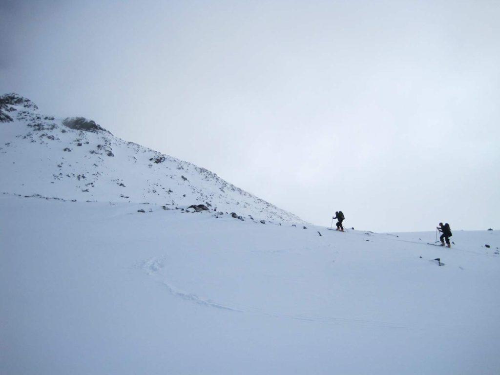 Omkring toppen af Kyrkjeoksle kom vi op i et let skydække. Foto: Rasmus B. Munk.