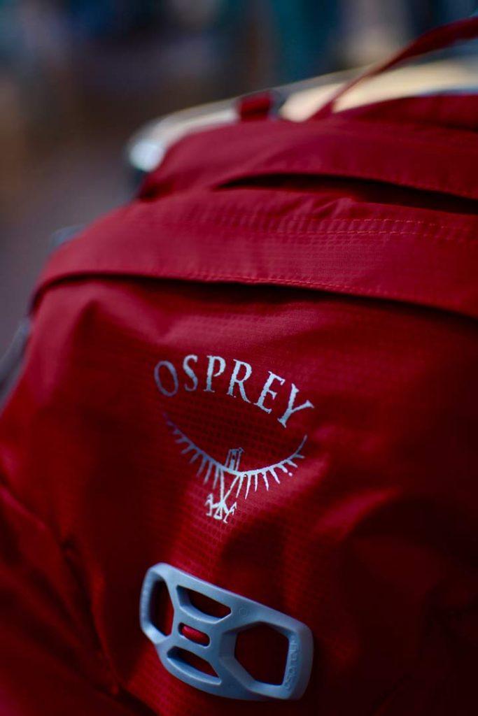 Osprey-logoet, der begyndte at skalle af på testmodellen. En mindre detalje, der burde være løst på de nye rygsække. Foto: August Wennerwald.
