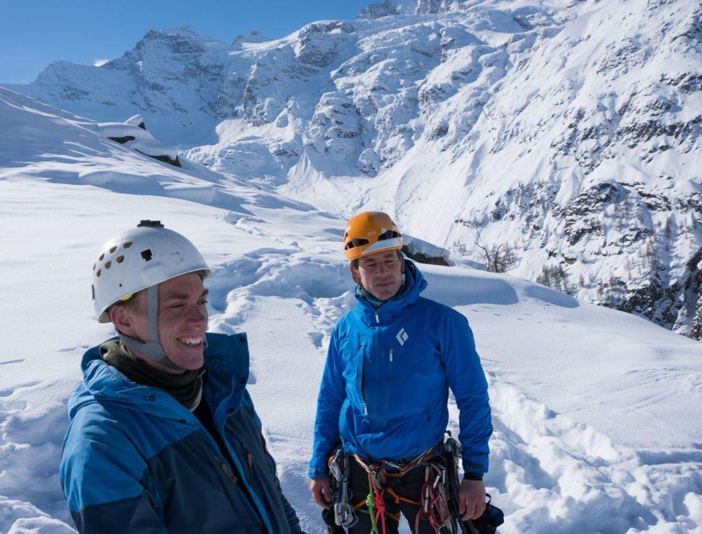 """Kenneth og Mikkel på toppen af den klassiske islinje """"Repentance Super"""", WI6, i Cogne, Italien."""