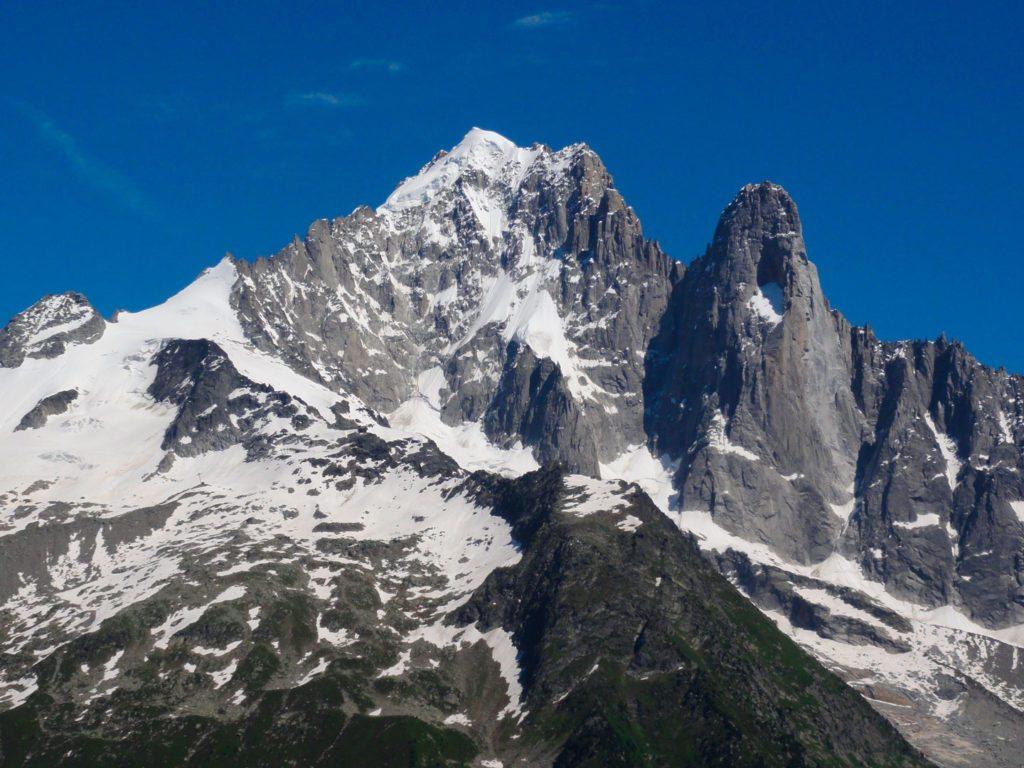 """Les Drus. Petit Dru er """"spidsen"""" til højre i billedet, og den klassiske nordvægsrute følger bjergets højre side."""