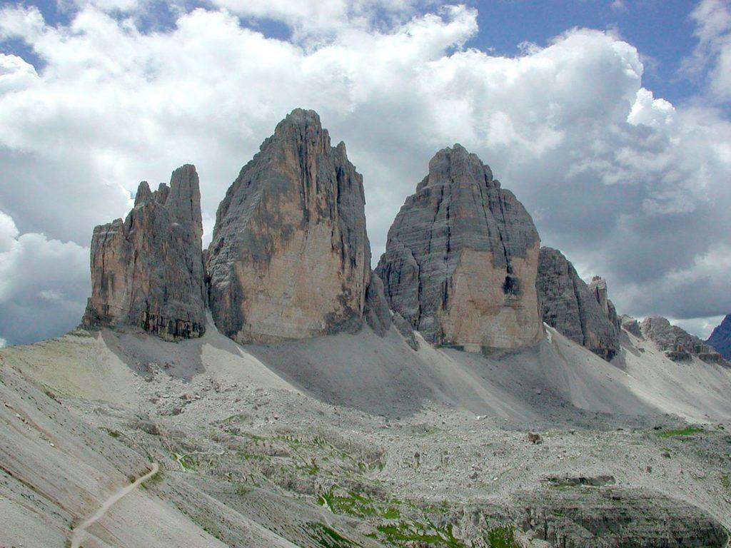 """Le Tre Cime di Lavaredo. Cima Grande er den midterste af de tre. Den """"glatte"""" første halvdel fører op til den anden og lettere halvdel af ruten."""