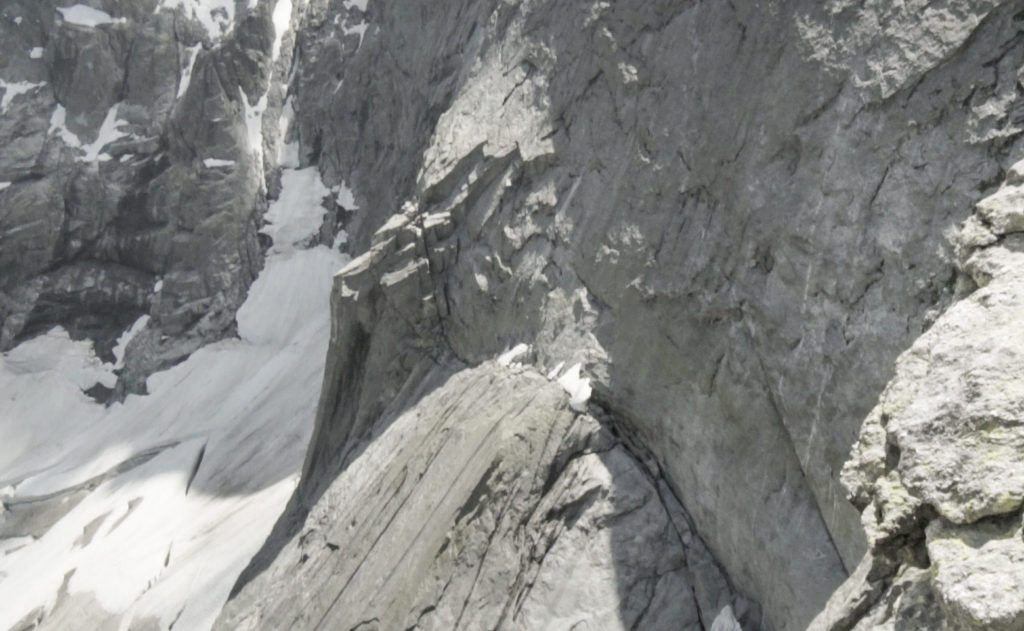 Traversen ind til ruten med snedyngerne og den lille 80 graders kamin. Foto: Kenneth Jensen.