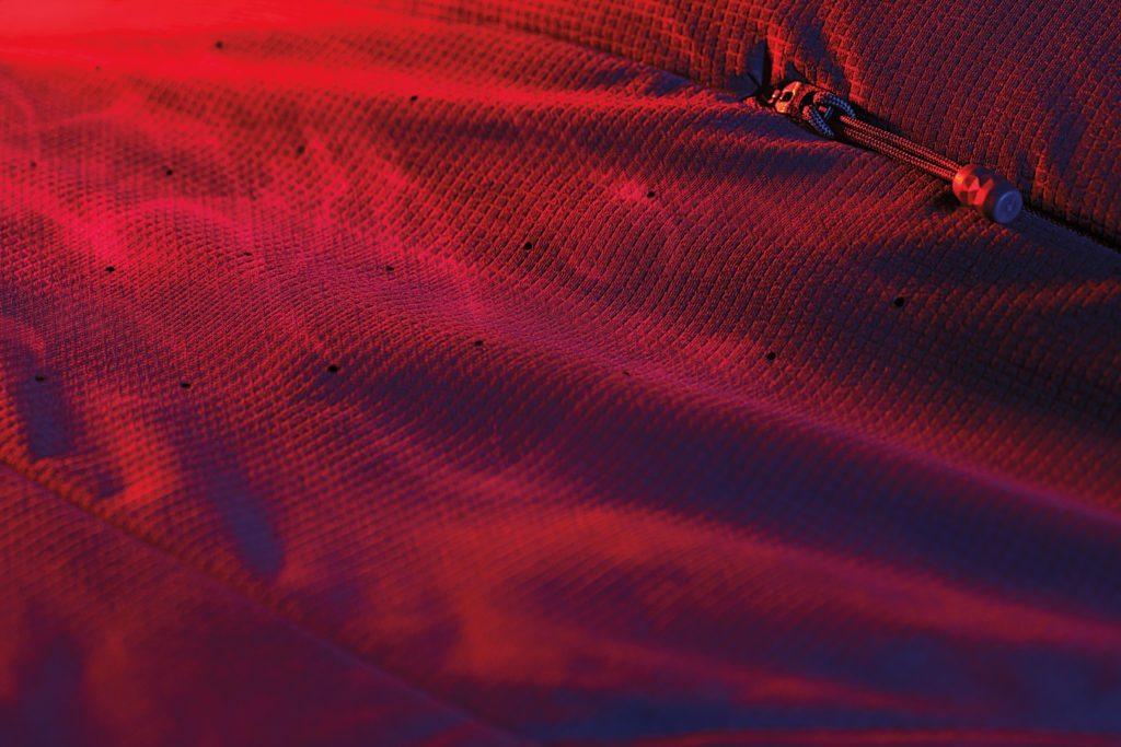 Det luftgennetrængbare ydermateriale er, ligesom isoleringen, laser-perforeret under armene. Det giver ekstra udluftning på et sted, hvor man virkelig har brug for det. Foto: The North Face