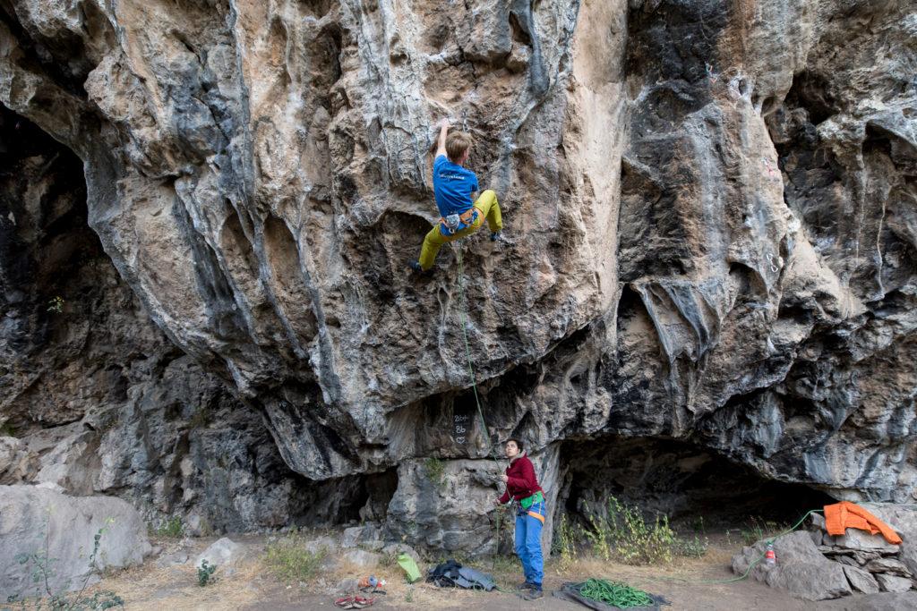 Elias Edvardsen prøver Scarpa instinct VS-R af i Tyrkiet. Foto: Jesper Edvardsen.