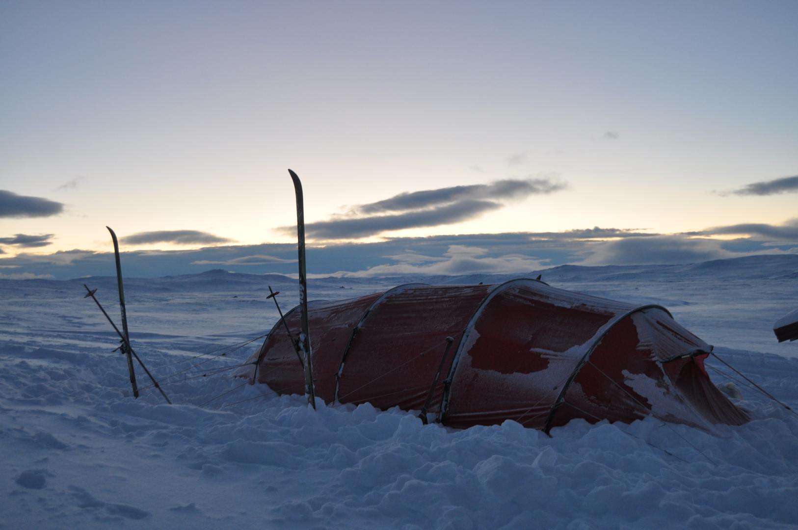 Vinterfjeld med telt