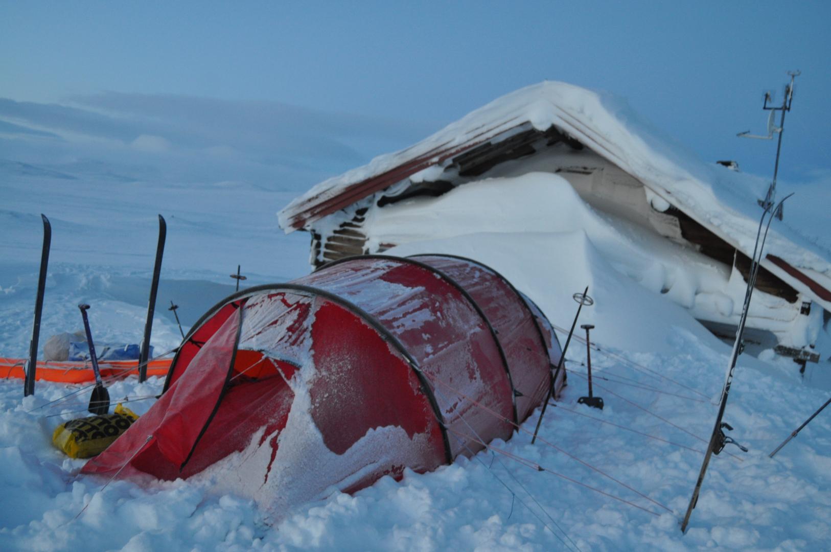 3ae5bdae Et pålideligt telt er et must i hårdt vintervejr på fjeldet. Her bruges en  lille hytte som læmur. Foto: Tobias Tybjerg Christensen.