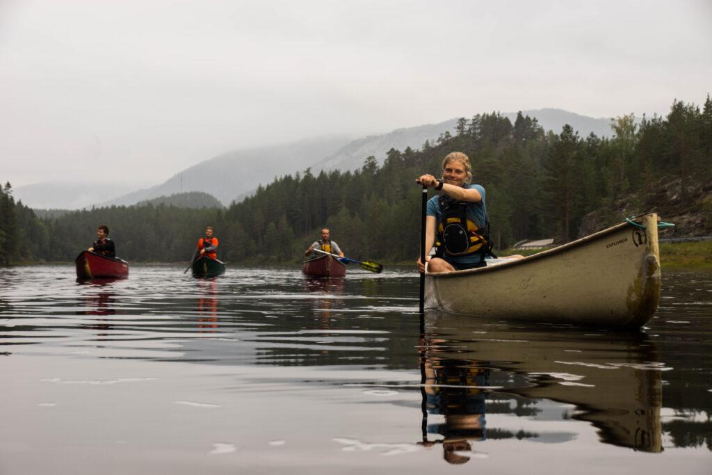 Et godt og behageligt baselayer er udgangspunktet for stort set alle friluftsaktiviteter, uanset om det er vandring, ski eller - som her - kajakroning i Norge. Foto: Rasmus Nordman