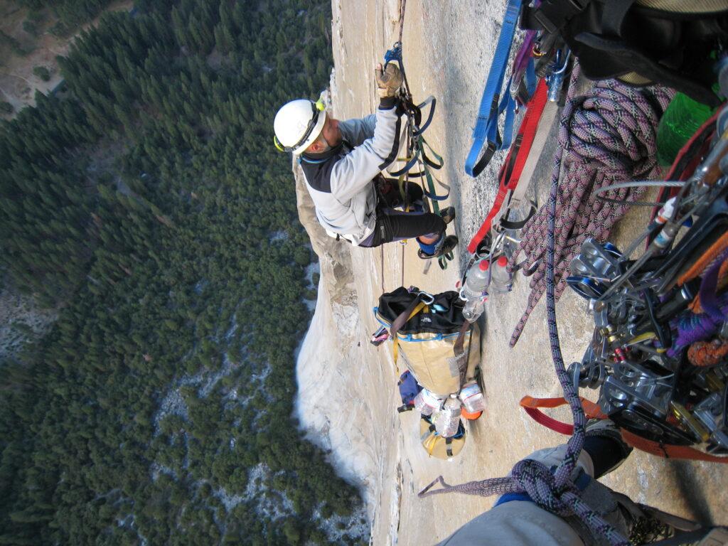 Uanset om du hænger på en klippeskrænt i Yosemite eller er på vej i skoven derhjemme, kan der være behov for lidt ekstra varme på de kølige dage. Foto: Lars Svenson & Sten Nørkjær